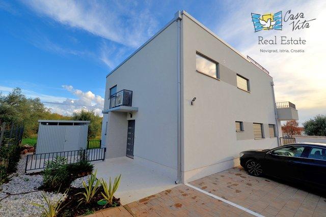 Zum Verkauf steht eine schöne Wohnung im ersten Stock eines neu erbauten Hauses mit zwei Wohnungen in bester Lage, nur 200 m vom Meer entfernt.