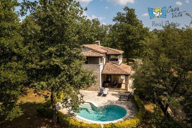 Casa in pietra con piscina e ampio giardino vicino a Parenzo!