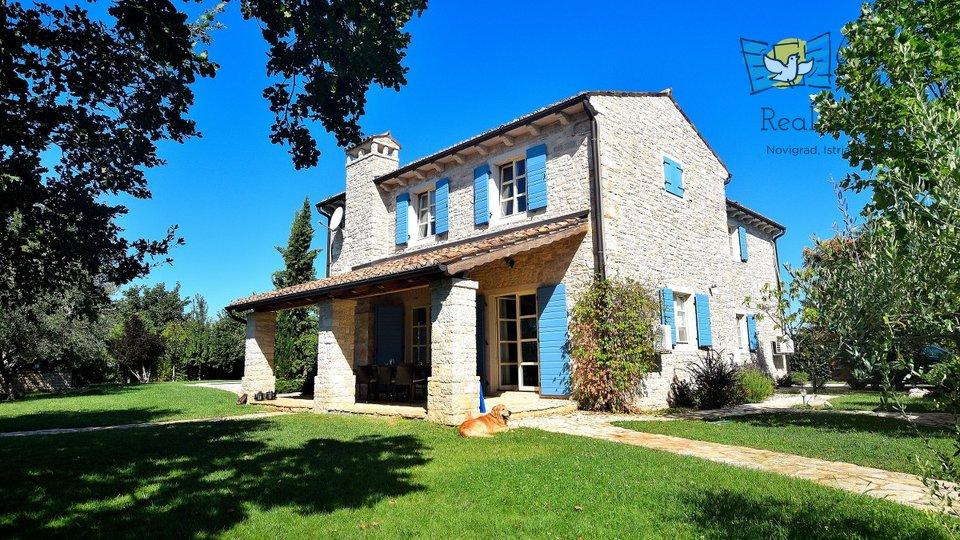 Lijepa kamena kuća sa predivnom okućnicom!