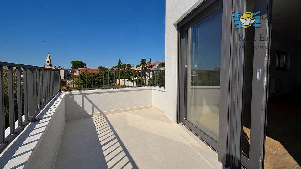In vendita è un bellissimo  appartamento al primo piano di una casa di recente costruzione con due appartamenti in una posizione privilegiata a soli 200 m dal mare.